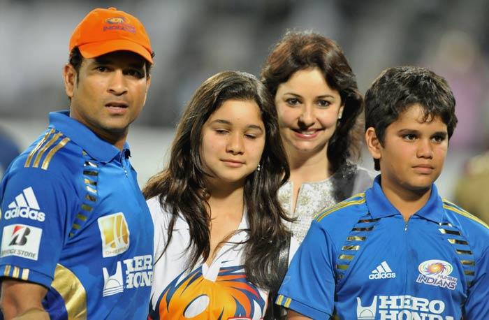 Mumbai Indians captain Sachin Tendulkar poses with his daughter Sara, son Arjun and wife Anjali following the IPL Twenty20 match between Deccan Chargers and Mumbai Indians at the Rajiv Gandhi International Stadium in Hyderabad. (AFP Photo)