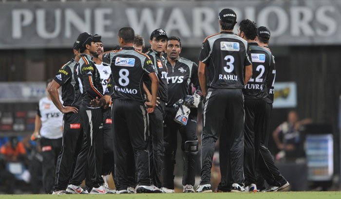 Pune Warriors India players celebrate after teammate Alfonso Thomas dismissed Shreevats Goswami during the IPL Twenty20 match between Pune Warriors India and Kolkata Knight Riders at the DY Patil Stadium on the outskirts of Mumbai. (AFP Photo)