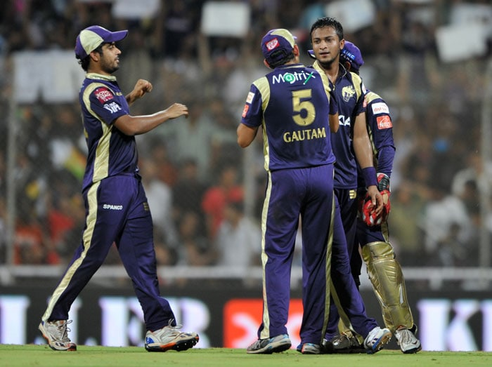 Shakib Al Hasan celebrates with his teammates after he dismissed Robin Uthappa during the IPL Twenty20 match between Pune Warriors India and Kolkata Knight Riders at the DY Patil Stadium on the outskirts of Mumbai. (AFP Photo)