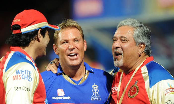 Shane Warne talks with Royal Challengers Bangalore owner Vijay Mallya and former RCB captain Anil Kumble as the IPL Twenty20 match between Rajasthan Royals and Royal Challengers Bangalore is called off due to bad weather at the M.Chinnaswamy Stadium in Bangalore. (AFP Photo)