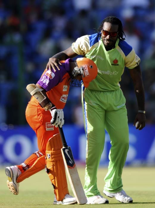 Chris Gayle enjoys a light moment with Parthiv Patel during the IPL Twenty20 match between Royal Challengers Bangalore and Kochi Tuskers Kerala at the M.Chinnaswamy Stadium in Bangalore. (AFP Photo)