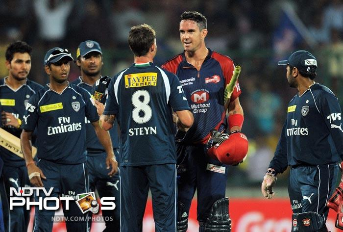 Kevin Pietersen is congratulated by Deccan Chargers cricketers after the IPL Twenty20 match between Deccan Chargers and Delhi Daredevils at the Feroz Shah Kotla stadium in New Delhi. (AFP Photo)