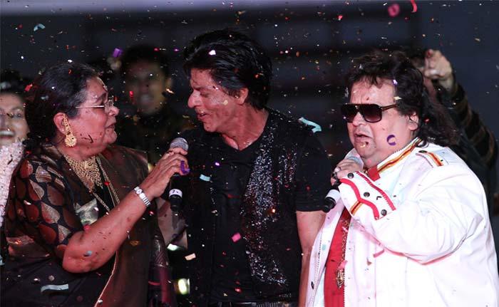 SRK enjoys a light moment with Bappi Lehri and Usha Uthup. (BCCI Image)