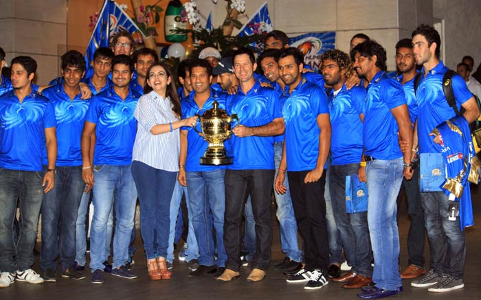 The entire team poses with the trophy. (Photo credit: Santosh Nagwekar)