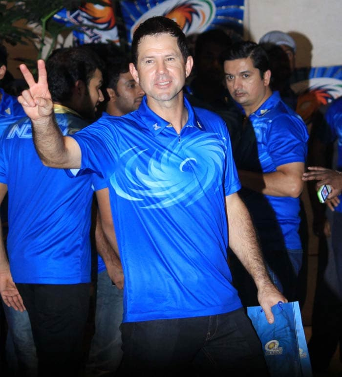 Ricky Ponting gives the victory sign to the photographers. (Photo credit: Santosh Nagwekar)