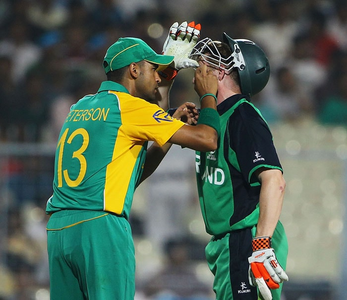Robin Peterson of South Africa looks to see what is troubling Niall O'Brien of Ireland's left eye. (Getty Images)