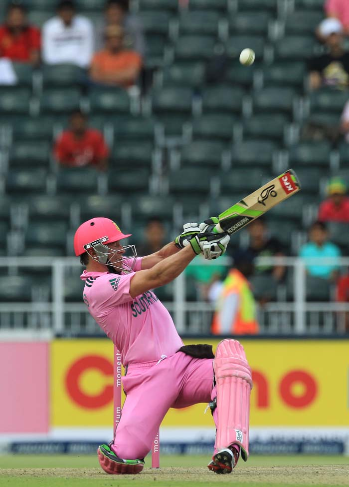 AB de Villiers was at his unorthodox best, hitting the bowlers to all parts of the ground en route his 77.