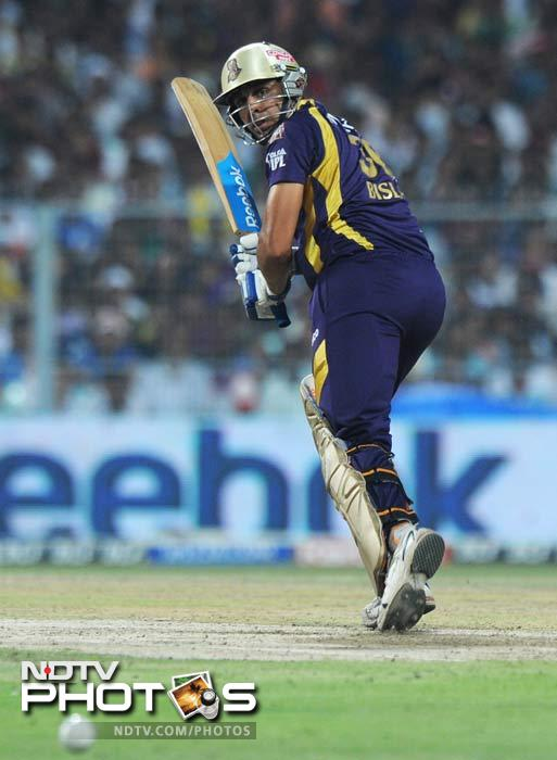 There was a twist coming however, as Punjab struck with the ball early too. Bhargav Bhatt dislodged Jacques Kallis on 1. (AFP PHOTO/Dibyangshu SARKAR)