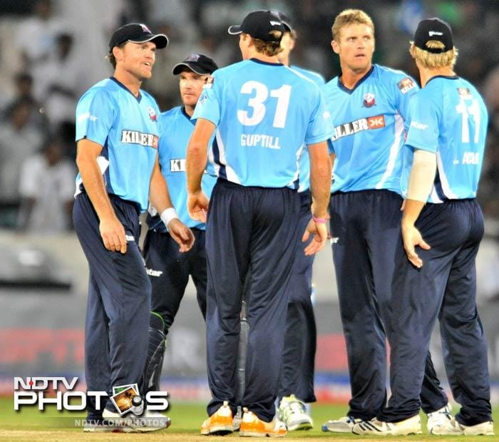 Auckland's Michael Bates (2nd R) put the brakes on Kolkata as he not only conceded very few runs but also got Manvinder Bisla out. (AFP Photo)