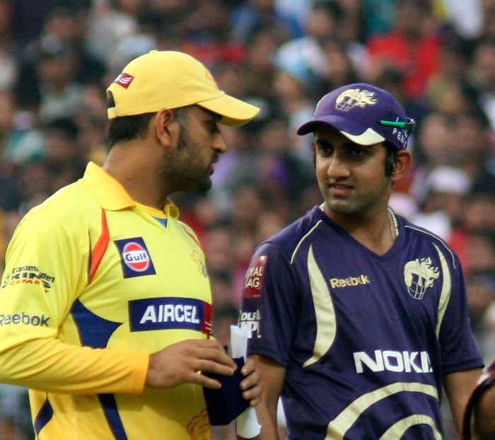 Chennai Super Kings captain MS Dhoni talks to Kolkata Knight Rider skipper Gautam Ghambhir during the toss of the IPL Twenty20 cricket match between the two teams at the Eden Garden Stadium. (AFP PHOTO)