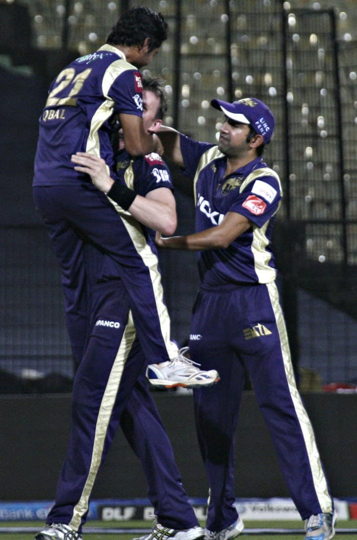 Kolkata Knight Riders Iqbal Abdulla (L) and Brett Lee (R) celebrate the wicket of Kings XI Punjab captain Adam Gilchrist during the IPL Twenty20 cricket match at the Eden Gardens Stadium. (AFP PHOTO)