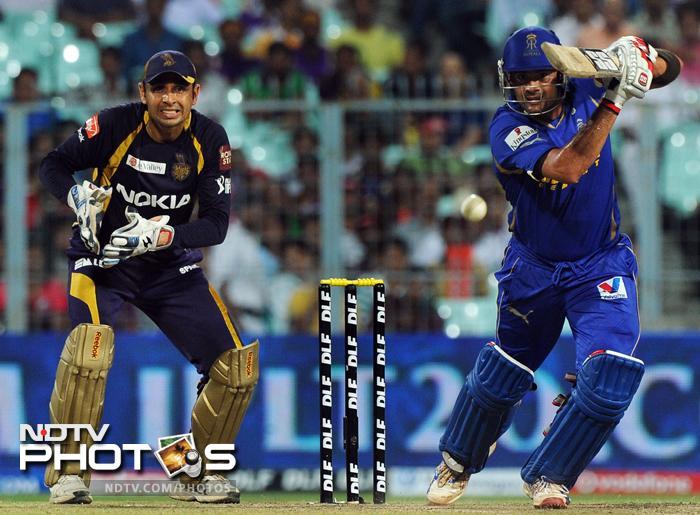 Rajasthan Royals batsman Owais Shah (R) is watched by Kolkata Knight Riders wicketkeeper Manvinder Bisla as he plays a shot during the IPL Twenty20 cricket match at the Eden Gardens in Kolkata. (AFP PHOTO/Dibyangshu SARKAR)