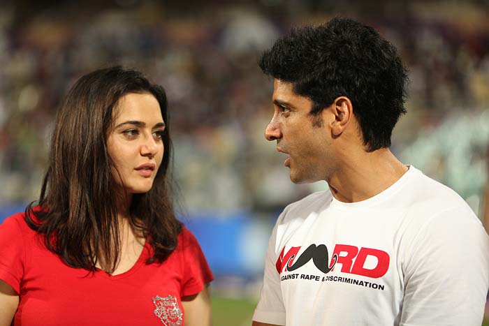 Kings XI Punjab owner and Bollywood actress Preity Zinta having a chit chat with actor-director Farhan Akhtar during the mid-innings break at the Eden Gardens on Friday, April 26, 2013.