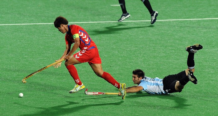 South Korean hockey player Seo Jong Ho and Argentinian hockey player Fernando Zylberberg vie for the ball during their World Cup 2010 match at the Major Dhyan Chand Stadium in New Delhi. (AFP Photo)
