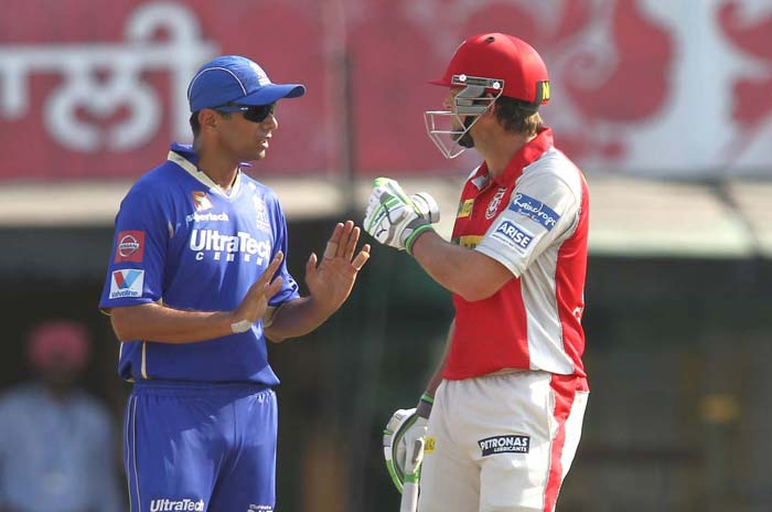 Rahul Dravid showed his composure as he pacified an angry Gilchrist after Chandila had appealed for a run-out. (BCCI Image)