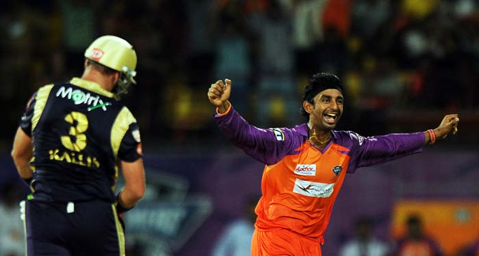 It was Ralphi Gomez and his one over though, that changed the script of the match. He removed Kallis and Gautam Gambhir in consecutive deliveries to wreck havoc.