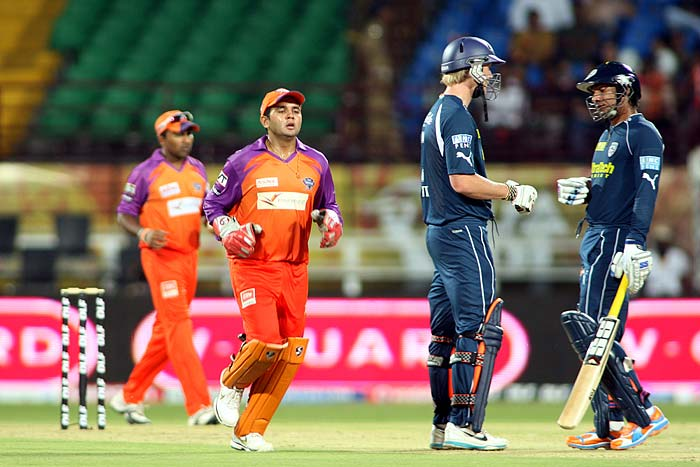 Deccan Chargers' Kumar Sangakkara and Cameron White talk to each other during the Indian Premier league match against Kochi Tuskers Kerala at Kochi. (AFP Photo)
