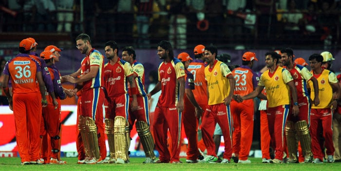 Players of Royal Challengers Bangalore and Kochi Tuskers Kerala shake hands after the IPL Twenty20 match at the Jawaharlal Nehru International Stadium in Kochi. Bangalore won the match by 6 wickets. (AFP PHOTO)