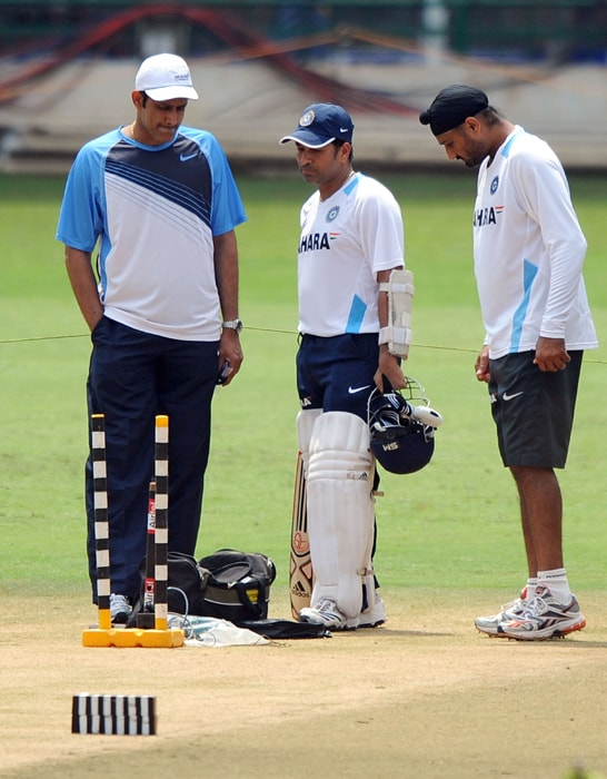 Indian cricketer Harbhajan Singh (R), teammate Sachin Tendulkar (C) and former Indian captain Anil Kumble (L) inspect the pitch during a training session for the Indian cricket team at Chinnaswamy Stadium in Bangalore. (AFP PHOTO)