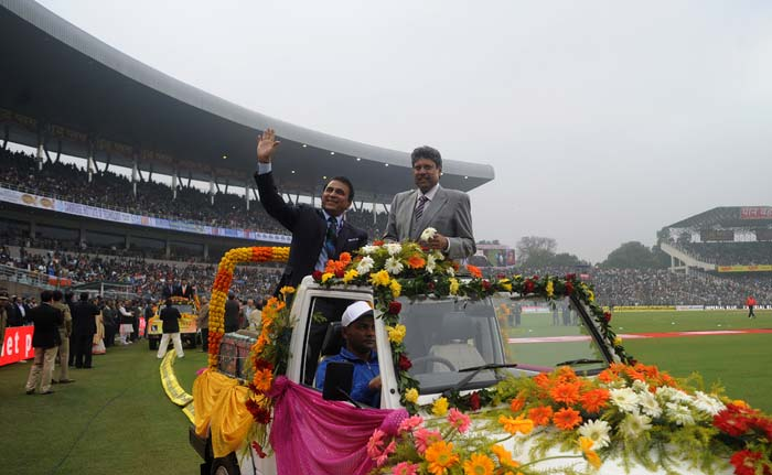 Former greats from India and Pakistan were felicitated by the Bengal Cricket Association to mark 25 years since Pakistan first played an ODI at the Eden Gardens.<br><br>Sunil Gavaskar and Kapil Dev are seen here waving to the spectators. (Image courtesy: BCCI)