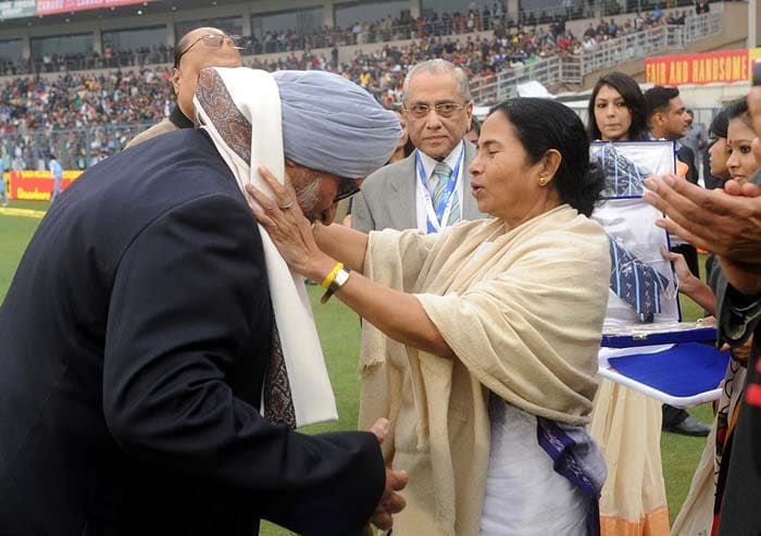 Veteran spinner Bishen Singh Bedi is seen here receiving a commemorative tie, a plaque, a shawl and a cheque of Rs.One lakh which was presented to each of the players. (Image courtesy: BCCI)