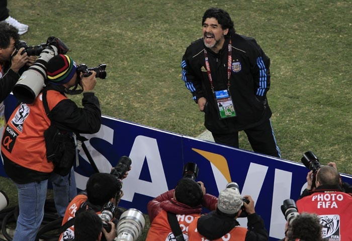And there were occasions when he did lose it. The eccentric man managed to create quite a spectacle on whenever he faced the waiting media during the training session.<br><br> Maradona can be seen here making faces at the shutterbugs before the match against Mexico.