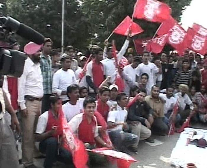 Supporters of Kings XI Punjab protested outside the Mohali cricket stadium on Friday against the banning of their local cricket team.<br><br>A few days ago, the Board of Control for Cricket in India (BCCI) terminated the contracts of King's XI Punjab and Rajasthan Royals IPL teams due to allegations of irregularities in ownership structure.