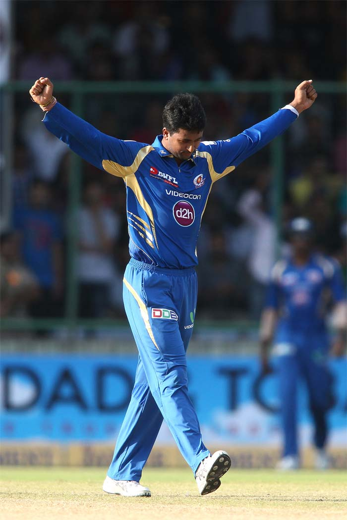 A fitter and slimmer looking Pragyan Ojha was the first to get a breakthrough for the Mumbai Indians and he struck twice in the 10th over, bowling both the openers.
