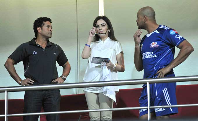 """Symonds decides to join the discussion although the expression now on both his as well as Sachin's face remains perplexing. (Photo courtesy: <a href=""""http://www.mid-day.com//"""">Mid-day.com</a>)"""