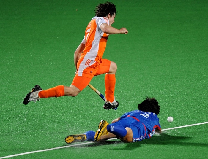 Netherlands hockey player Wouter Jolie (L) vies for the ball with South Korean hockey player Lee Seung IL(R) during their World Cup 2010 match at the Major Dhyan Chand Stadium in New Delhi. (AFP Photo)