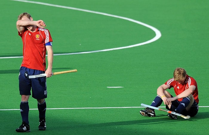 English hockey captain Barry Middleton (L) walks back dejected after losing to the Netherlands during their World Cup 2010 Third Place match at the Major Dhyan Chand Stadium in New Delhi on March 13, 2010. The Netherlands beat England 4-3 to be placed third in the tournament. (AFP Photo)