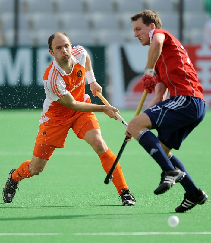 English hockey player Dan Fox (R) vies for the ball with Netherlands' hockey captain Teun de Nooijer (L)during their World Cup 2010 Third Place match at the Major Dhyan Chand Stadium. (AFP Photo)