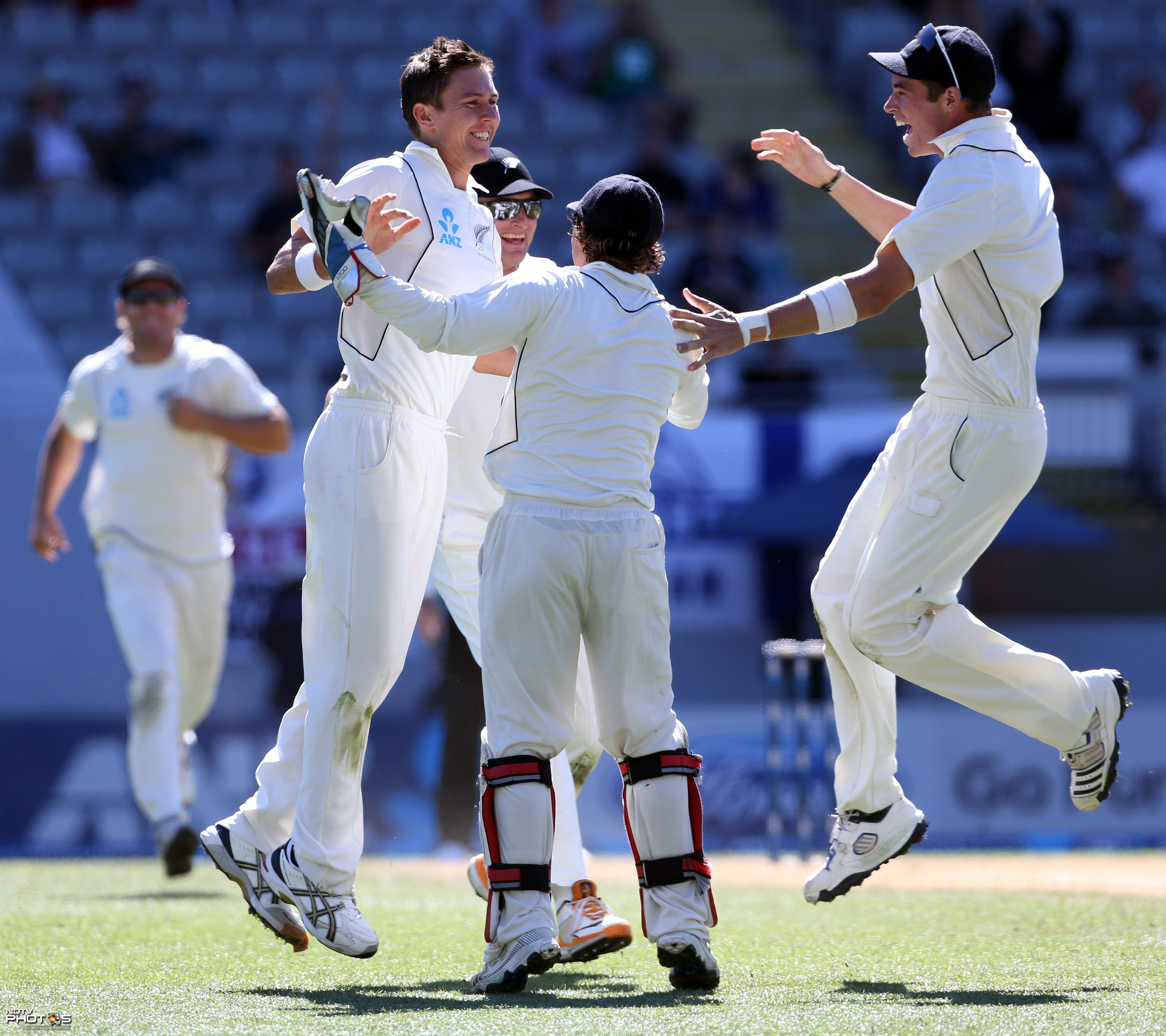 Trent Boult bagged 6 wickets to bundle out England for 204 in their first innings.