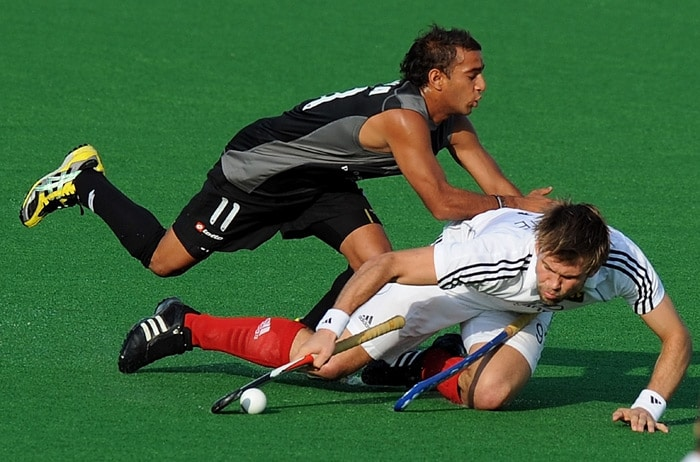 German hockey player Moritz Furste (R) vies for the ball with New Zealand hockey player Priyesh Bhana (L) during their World Cup 2010 match at the Major Dhyan Chand Stadium in New Delhi. (AFP Photo)