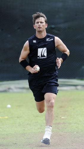 New Zealand's Shane Bond bowls during a practice session at The R Premadasa Stadium in Colombo on September 7, 2009. Sri Lanka, New Zealand and India begin a One-Day International series on September 8 in Colombo. (AFP Photo)