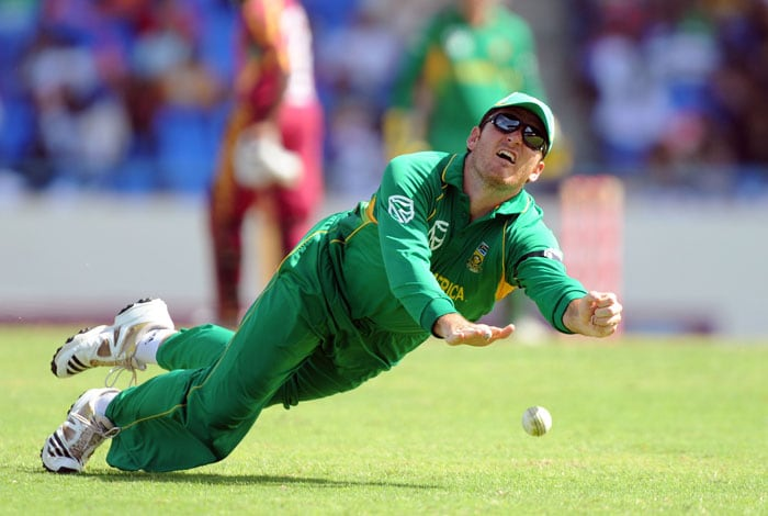 South African cricket team captain Graeme Smith fails to grip a catch to dismiss West Indies batsman Dale Richards. (AFP PHOTO)