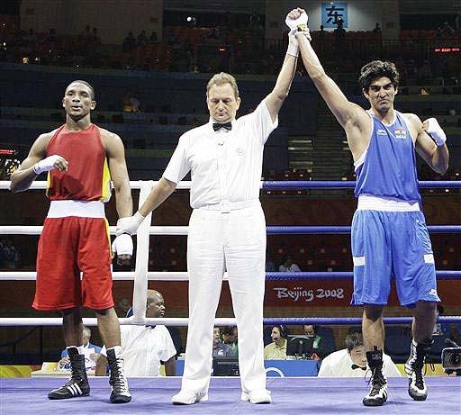Vijender Kumar, right, reacts after defeating Carlos Gongora of Ecuador in a men's light middleweight 75 kilogram quarterfinal boxing match at the Beijing 2008 Olympics in Beijing. (AP)