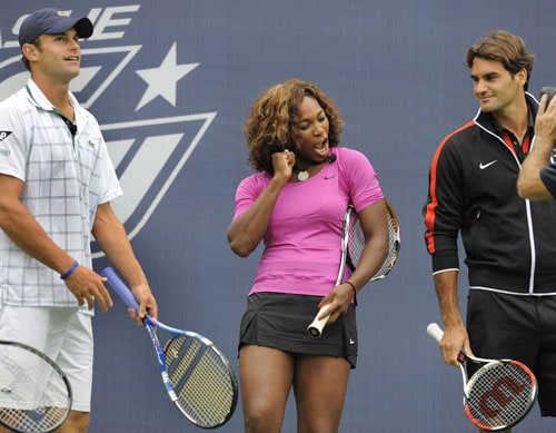 Serena Williams of the US poses as Andy Roddick of the US and Roger Federer of Switzerland look on during the Arthur Ashe Kids Day at the USTA Billie Jean King National Tennis Center in Flushing, New York August. (AFP Photo)