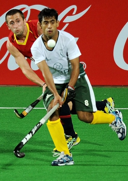 Spanish hockey player Albert Sala vies for the ball with Pakistani hockey player Muhammad Rashid during their World Cup 2010 match at the Major Dhyan Chand Stadium in New Delhi. (AFP Photo)