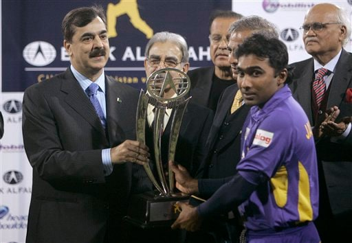 Sri Lankan skipper Mahela Jayawardene, right, receives the winning trophy from Pakistan's Prime Minister Yousuf Raza Gilani, left, during the award distribution ceremony on end of third one-day international cricket match at Gaddafi Stadium in Lahore on Saturday, January 24, 2009. (AP Photo)