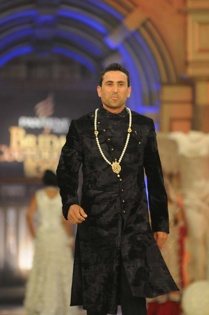 Wearing a black sherwani, Younus was all smiles down the runway in his first-ever appearance in a fashion show. (Photo/Hum TV)