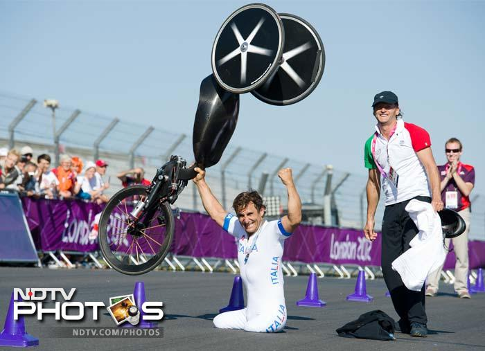 Italy's Alessandro Zanardi celebrates after winning the gold medal in the men's individual H4 time trial cycling final.