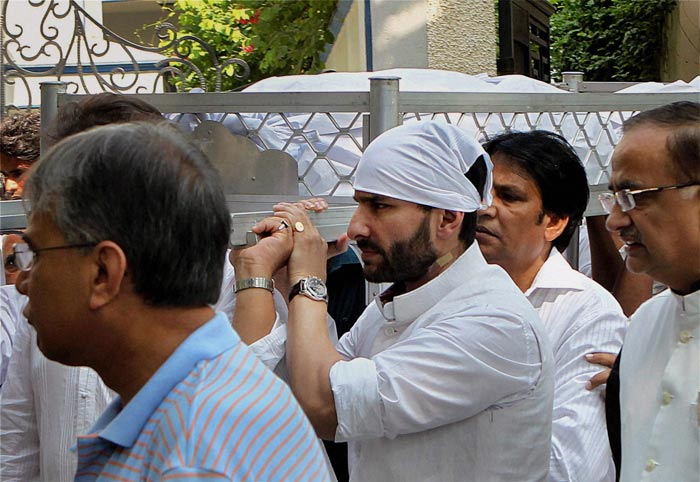 The body of Mansur Ali Khan Pataudi is carried by his son Saif Ali Khan.