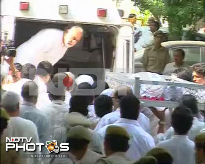 Former cricket captain Mansur Ali Khan Pataudi's body being taken into the ambulance.