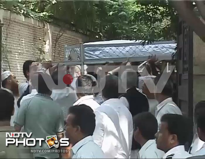 Mourners carrying the body of Mansur Ali Khan Pataudi into the Pataudi Palace.