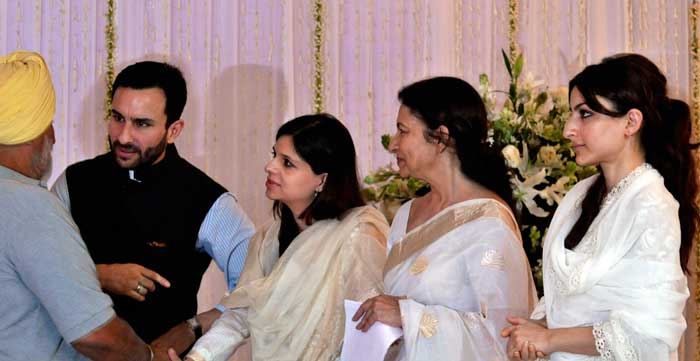 The family of the late cricket legend Mansur Ali Khan Pataudi, actor Saif Ali Khan, his sisters Saba and Soha, with their mother Sharmila Tagore, was present in New Delhi at a prayer meet held in his memory on Saturday. <br><br> Coming Up: Tiger's last rites at Pataudi village...