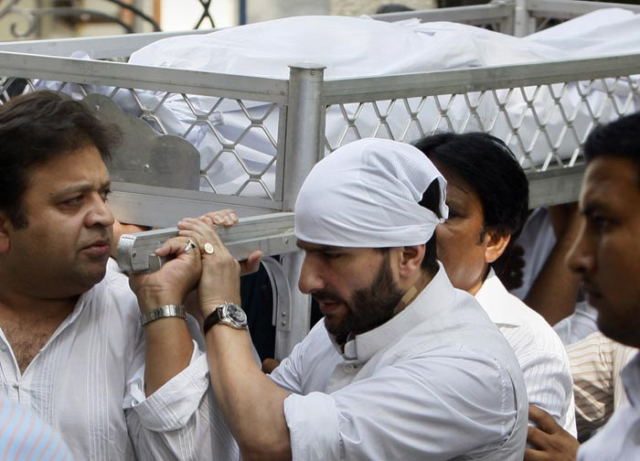 Saif carries his father's body on the way to the burial. Senior Pataudi died at a Delhi hospital on Thursday evening.