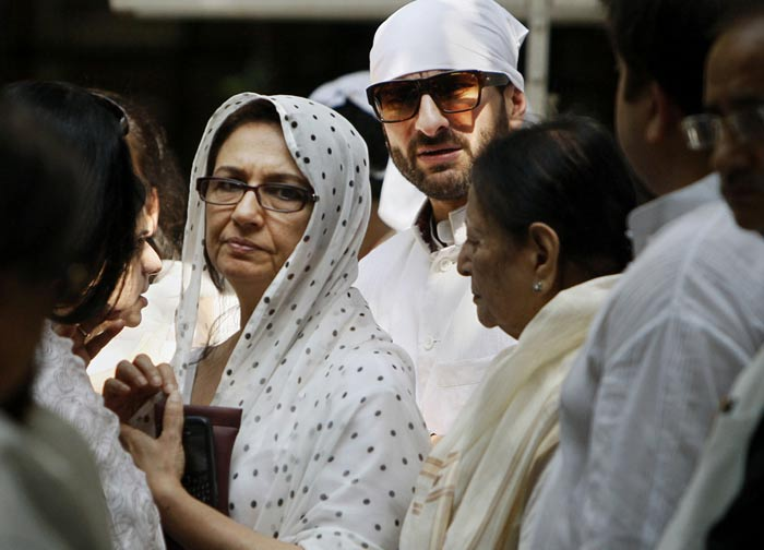 Nawab of Pataudi's wife Sharmila Tagore being consoled by her son.