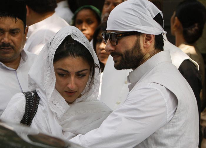 Elder brother Saif consoles an emotional Soha.