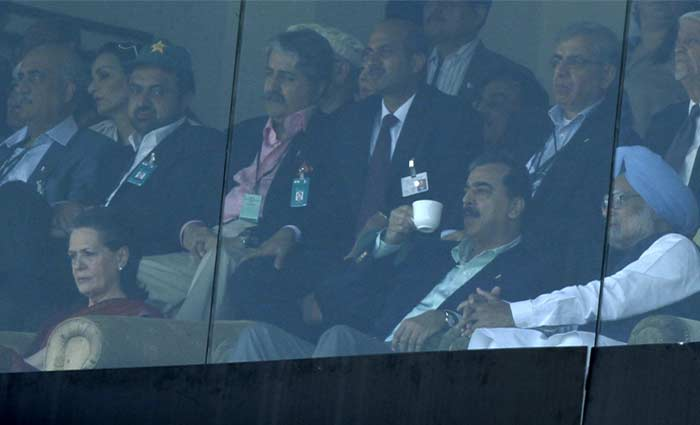 Indian Prime Minister Manmohan Singh, right, Pakistan Prime Minister Yousuf Raza Gilani, second right, and Congress Party president Sonia Gandhi, left, watch the Cricket World Cup semifinal match. (AFP Photo)